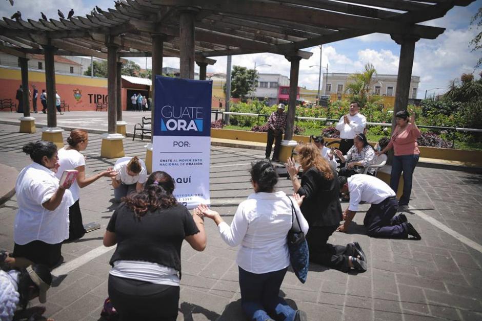 Aquí se observa a otro grupo de personas orando en la plaza del Mercado Central, zona 1, de la ciudad Guatemala. (Foto: Guate Ora/Facebook)