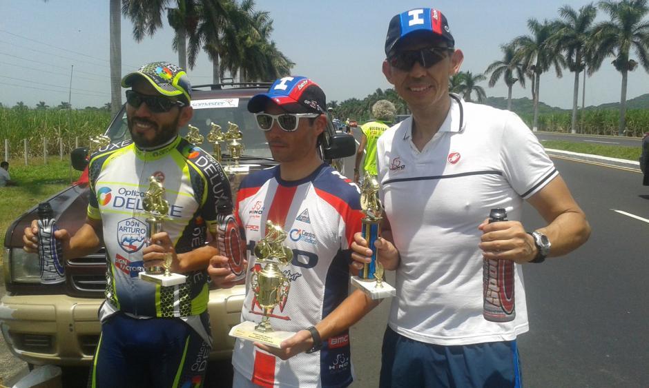Juan Pablo (derecha) mostrando con orgullo uno de sus trofeos, tras una competencia.(Foto: Facebook Juan Pablo Gularte)