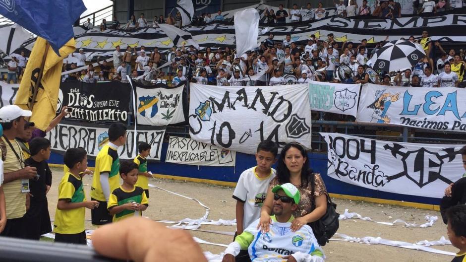 """La porra de Comunicaciones """"Ultra Sur"""" se hizo presente en el partido homenaje a Luis Bradley. (Foto: Sergio Muñoz/Nuestro Diario)"""