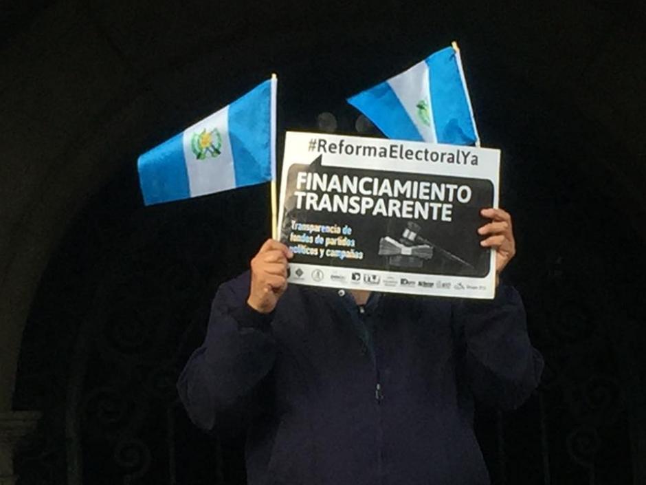 Las pancartas y banderas de Guatemala fueron notorias en la protesta pacífica. (Foto: Carlos Duarte/Nuestro Diario)