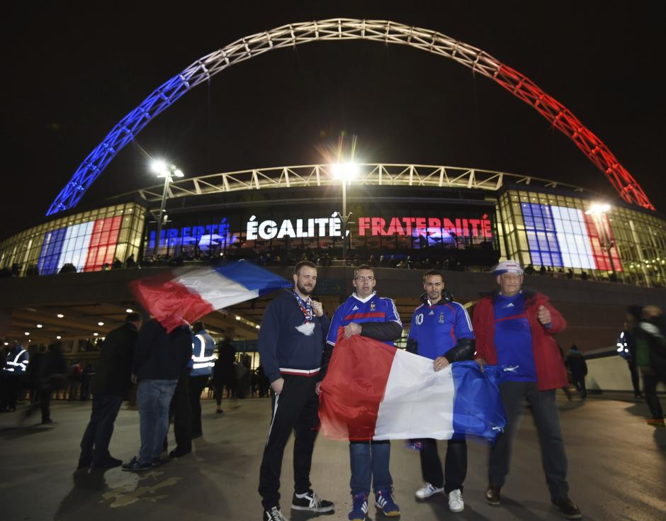 Aficionados franceses posan frente al estadio de Wembley antes del partido amistoso que van a disputar las selecciones de fútbol de Inglaterra y Francia, en Londres, Reino Unido. (Foto: EFE)