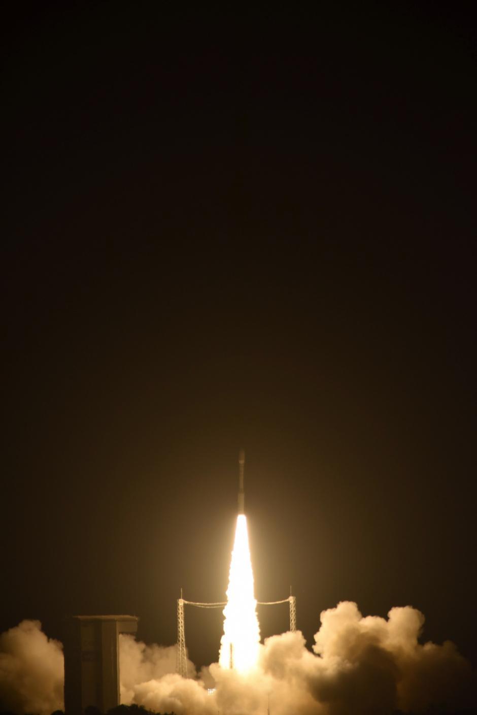 Fotografía facilitada por la Agencia Europea Espacial (ESA) del lanzamiento del cohete Vega a bordo del cual despegó hoy el satélite científico europeo LISA Pathfinder, en el puerto espacial de la localidad de Kourou, en la Guayana Francesa, dando inicio a una misión pionera que busca captar directamente por primera vez las ondas gravitacionales y así, a largo plazo, contribuir al estudio de supernovas y agujeros negros. (Foto: EFE)
