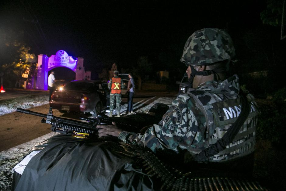 """Integrantes de la Marina armada mexicana inspeccionan vehículos en búsqueda del narcotraficante Joaquín """"El Chapo"""" Guzmán. (Foto: EFE/Archivo)"""