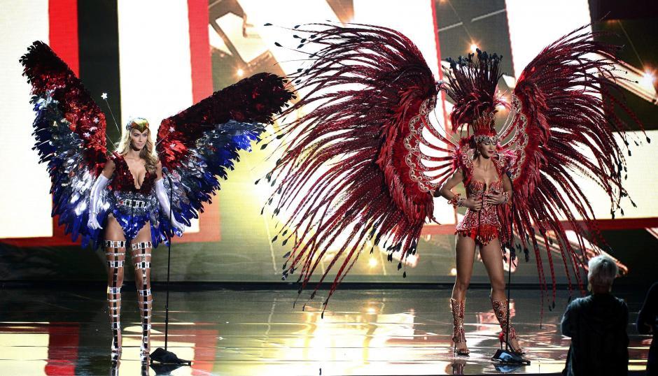 Miss Urugay, Biana Sánchez (dcha), y Miss Estados Unidos, Olivia Jordan (izda), visten con trajes tradicionales de su país durante una grabación para el certamen Miss Universo en el Planet Hollywood Hotel & Casino en Las Vegas.(Foto: EFE)