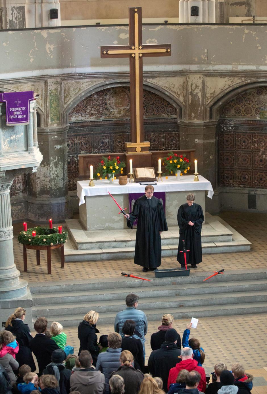 Varios feligreses acudieron disfrazados a una iglesia de Berlín y no faltaron las espadas láser en una misa que comenzó con la mítica melodía de John Williams. (Foto: EFE)