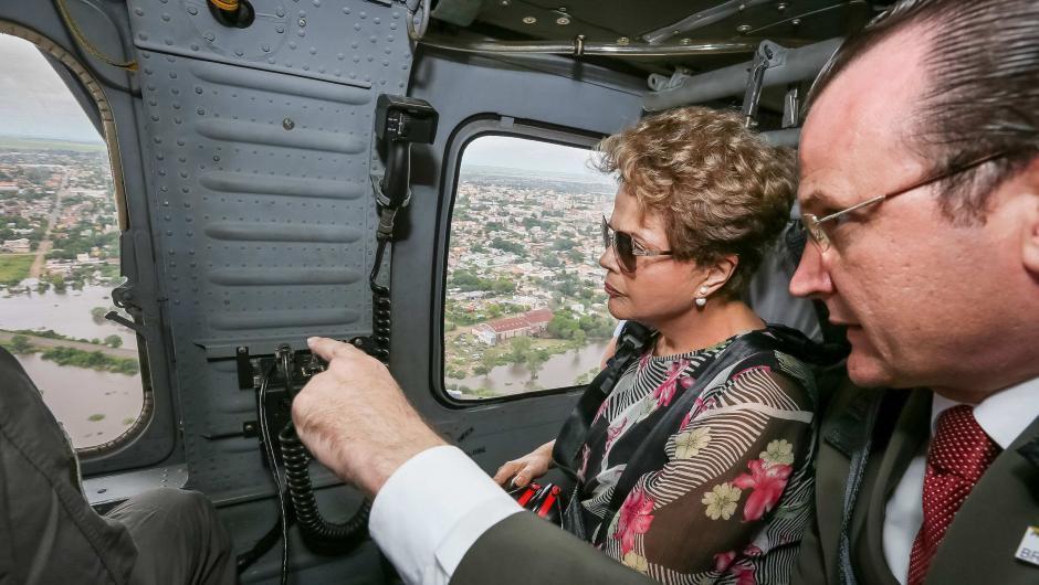 Fotografía cedida por la Presidencia de Brasil donde se observa a la presidenta de Brasil, Dilma Rousseff (2d) durante un sobrevuelo por algunas ciudades inundadas a raíz de las fuertes lluvias que han caído al sur del país. (Foto: EFE/Presidencia de Brasil)