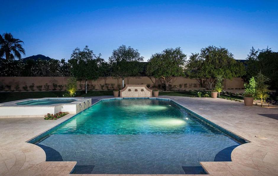 La mansión cuenta con una piscina que se ilumina de noche. (Foto: Infobae)
