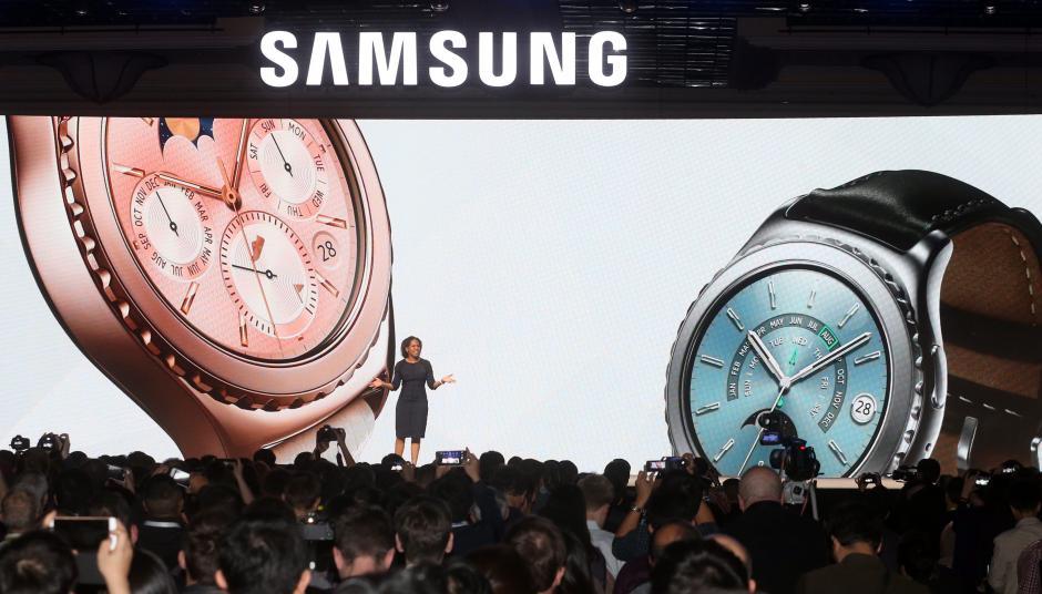 La empresa Samsung Electronics presenta su nuevo reloj Gear S2 Classic en Las Vegas, Nevada (EE.UU.) durante la feria tecnológica CES. (Foto: EFE/Yonhap)