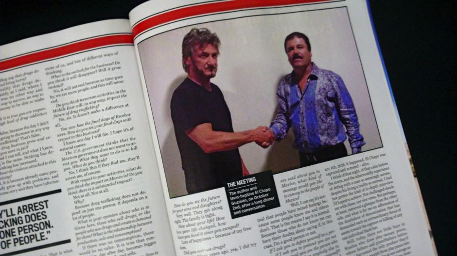 Imagen de la revista Rollings Stones que muestra al actor estadounidense Sean Penn estrechando la mano del narcotraficante mexicano el Chapo Guzmán. (Foto: EFE/archivo)