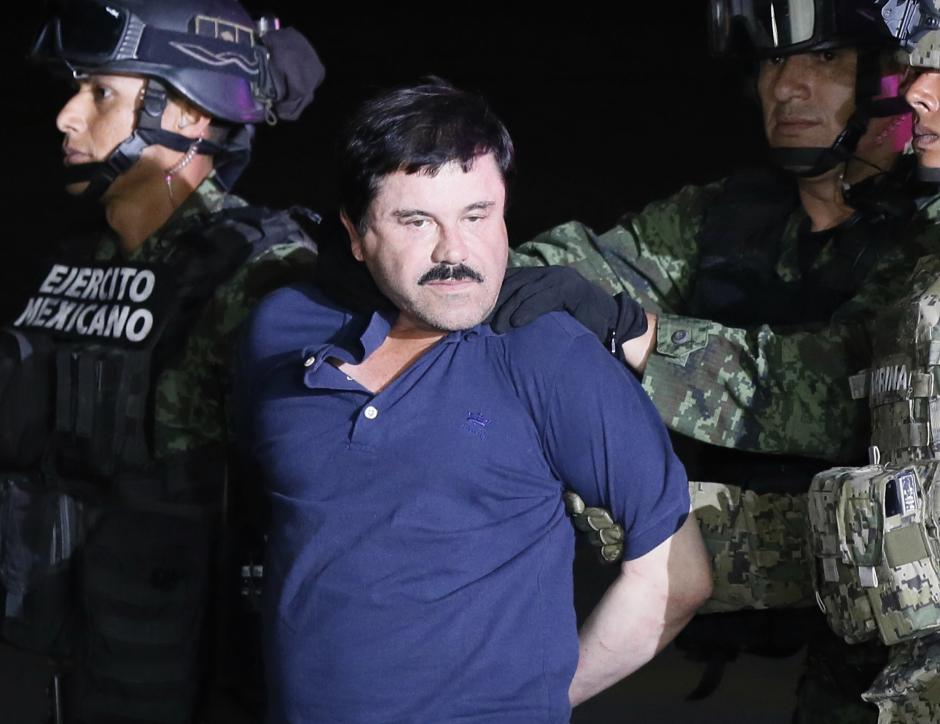 """El narcotraficante Joaquín """"El Chapo"""" Guzmán (c) tras su recaptura en la ciudad de Los Mochis, Sinaloa (México). (Foto: EFE/Archivo)"""