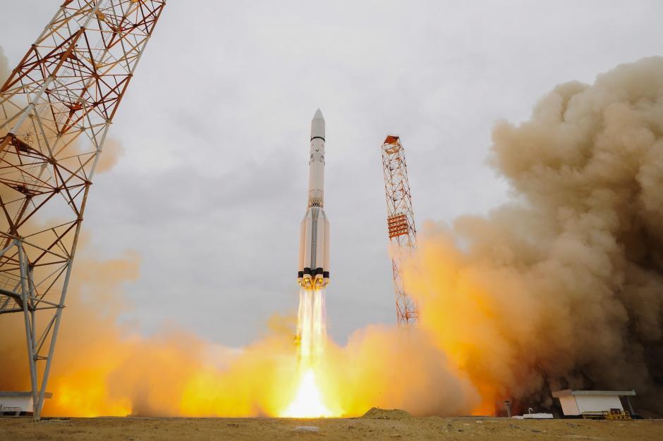 Fotografía facilitada por la Agencia Espacial Europea (ESA) que muestra al cohete Protón-M de la misión ExoMars 2016, la primera de un programa conjunto de la Agencia Espacial Europea (ESA) y la rusa Roscosmos para explorar el plantea rojo, mientras despega con éxito desde el cosmódromo ruso de Baikonur (Kazajistán). (Foto: EFE)