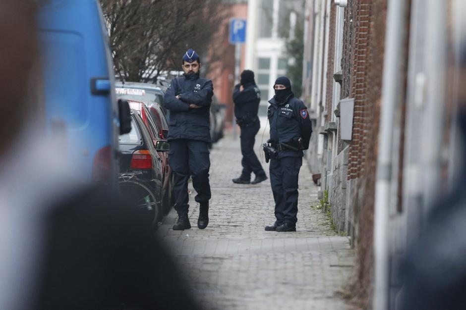 La operación policial en el distrito de Molenbeek en Bruselas. (Foto: EFE)