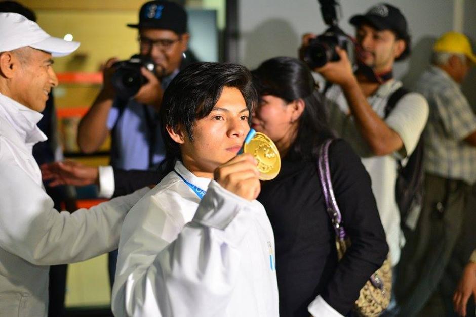 Con orgullo, Jorge Vega mostró a quienes llegaron a recibirlo al aeropuerto, su medalla de oro conseguida en los Juegos Panamericanos de Toronto. (Foto: Wilder López/Soy502)