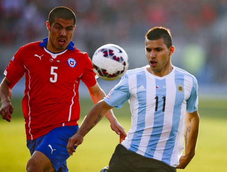 """Francisco Silva, de Chile, y Sergio """"Kun"""" Agüero, de Argentina, en una de las jugadas de la final de la Copa América. (Foto: EFE)"""