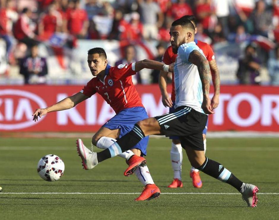 Alexis Sánchez, la gran figura de la selección chilena, en una de las jugadas de la gran final en el estadio nacional de Santiago. (Foto: EFE)