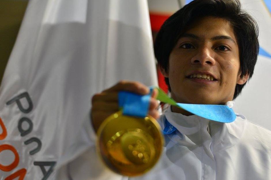 Jorge Vega llegó este jueves a Guatemala con la gloria Panamericana colgada al cuello. (Foto: Wilder López/Soy502)