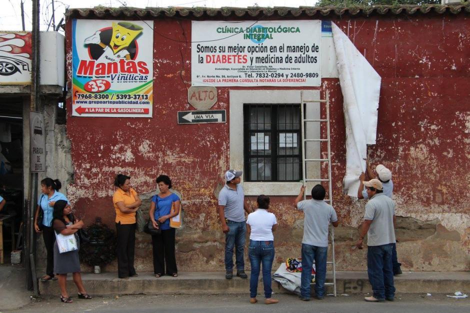 La publicidad también es removida por contaminar la visibilidad de Antigua y sus alrededores.(Foto: Facebook: CNPAG)