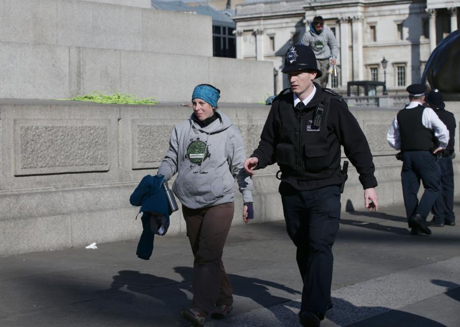 La policía arrestó a los responsables de colocar máscaras a las estatuas. (Foto: Leon Neal/AFP)