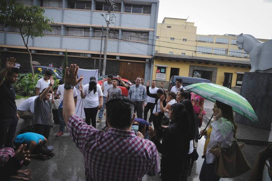 Otro grupo llegó a las afueras de la Corte de Constitucionalidad para orar. (Foto: Guate Ora/Facebook)