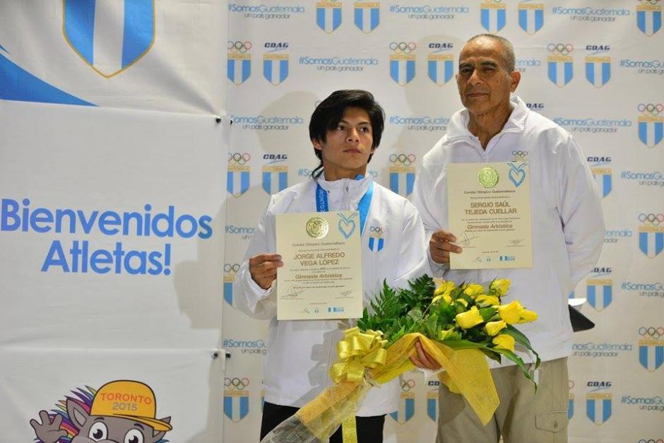 Jorge Vega junto a su entrenador Sergio Saúl Tejeda Cuellar a su arribo a Guatemala. (Foto: Wilder López/Soy502)