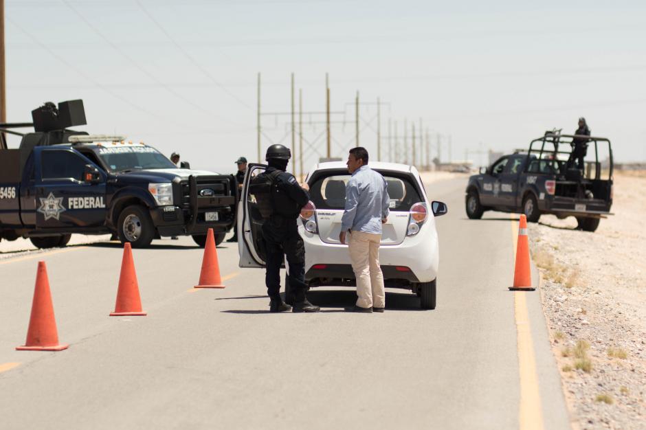 Agentes federales resguardaban el camino que conduce al Centro Federal de Readaptación Social (CEFERESO) a donde fue trasladado El Chapo. (Foto: EFE)
