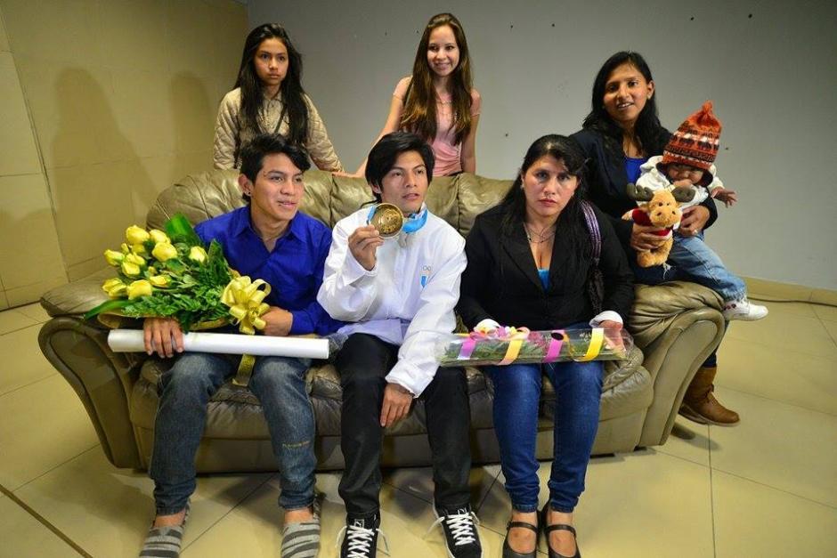 La familia del atleta de oro, Jorge Vega lo recibió a su llegada al Aeropuerto Internacional La Aurora. (Foto: Wilder López/Soy502)