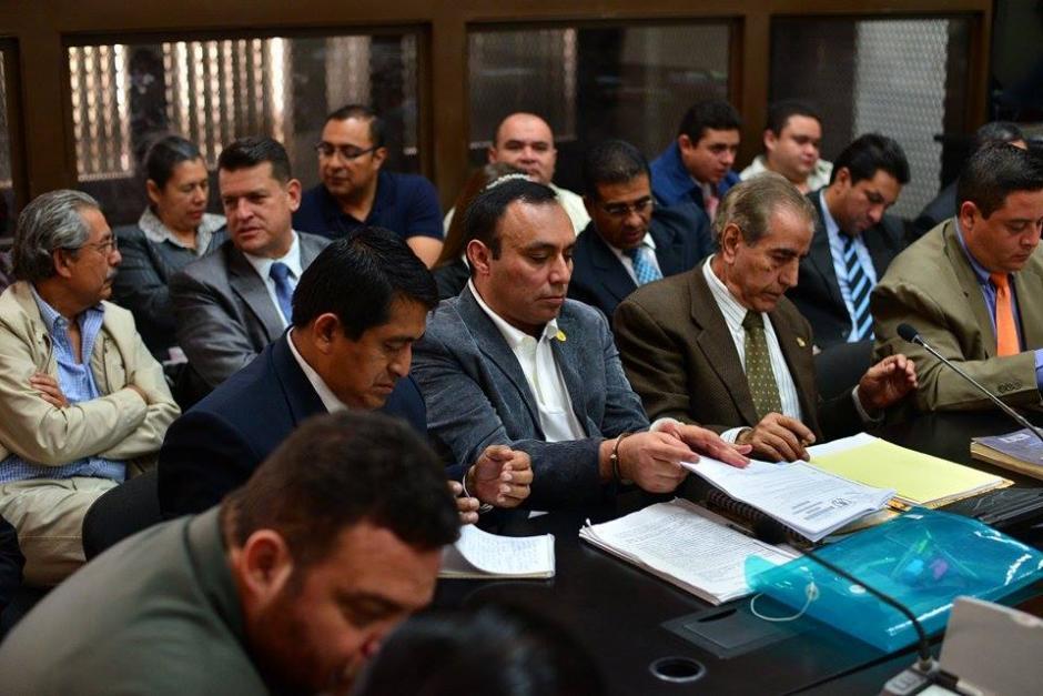 Lima y sus abogados preparan los documentos que servirán como argumentos en su defensa durante la audiencia. (Foto: Wilder López/Soy502)