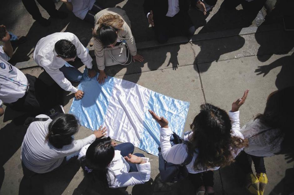 Este movimiento insta a guatemaltecos a orar para pedir un cambio a nivel nacional en las instituciones de gobierno. (Foto: Guate Ora/Facebook)