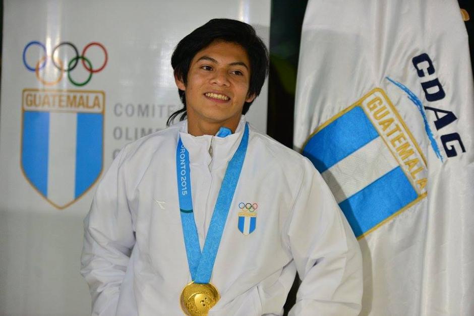 La sonrisa del triunfo del atleta Jorge Vega en la noche de su retorno con el oro Panamericano colgado sobre su pecho. (Foto: Wilder López/Soy502)