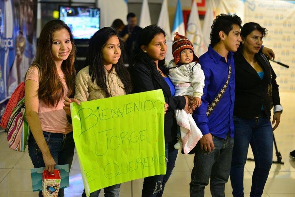 La bienvenida familiar fue la que seguramente esperaba el atleta Jorge Vega. (Foto: Wilder López/Soy502)