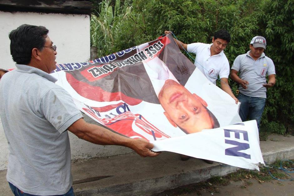 Los trabajadores del Consejo quitaron pancartas de varios tamaños en diversos puntos de Antigua Guatemala y Ciudad Vieja. (Foto: Facebook: CNPAG)