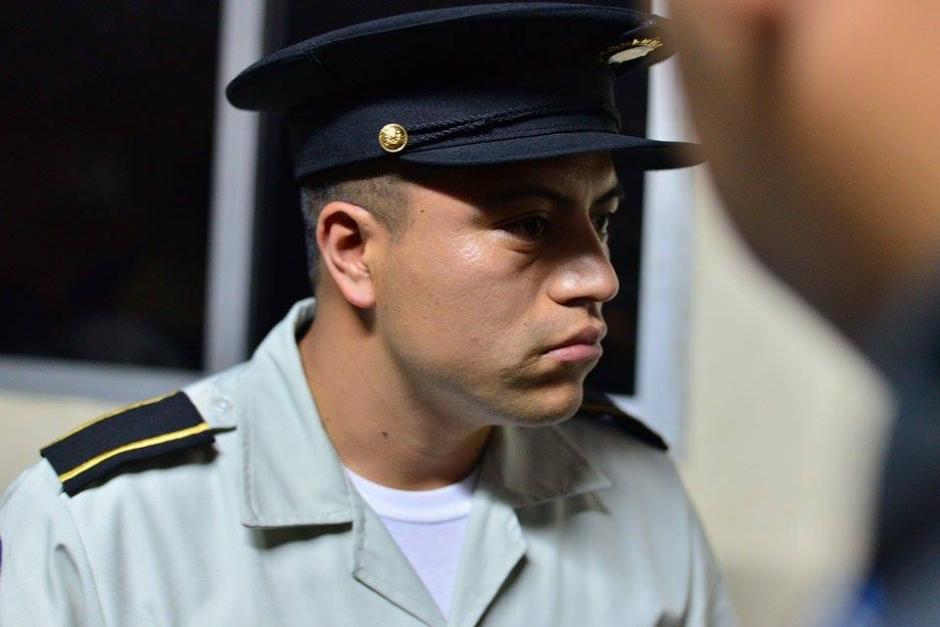Este agente, únicamente identificado con los apellidos Fuentes González, grababa a los periodistas que cubrían el arresto del guardaespaldas de Edgar Barquín que agredió a los medios. (Foto: Soy502)