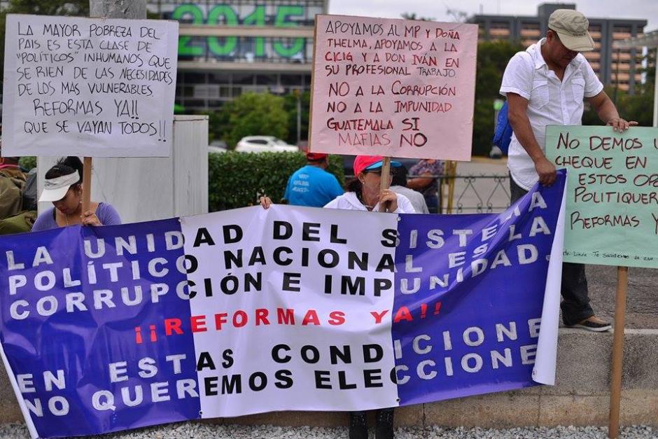 Un grupo de inconformes muestran pancartas previo al inicio de la manifestación. (Foto Soy502: Wilder López)