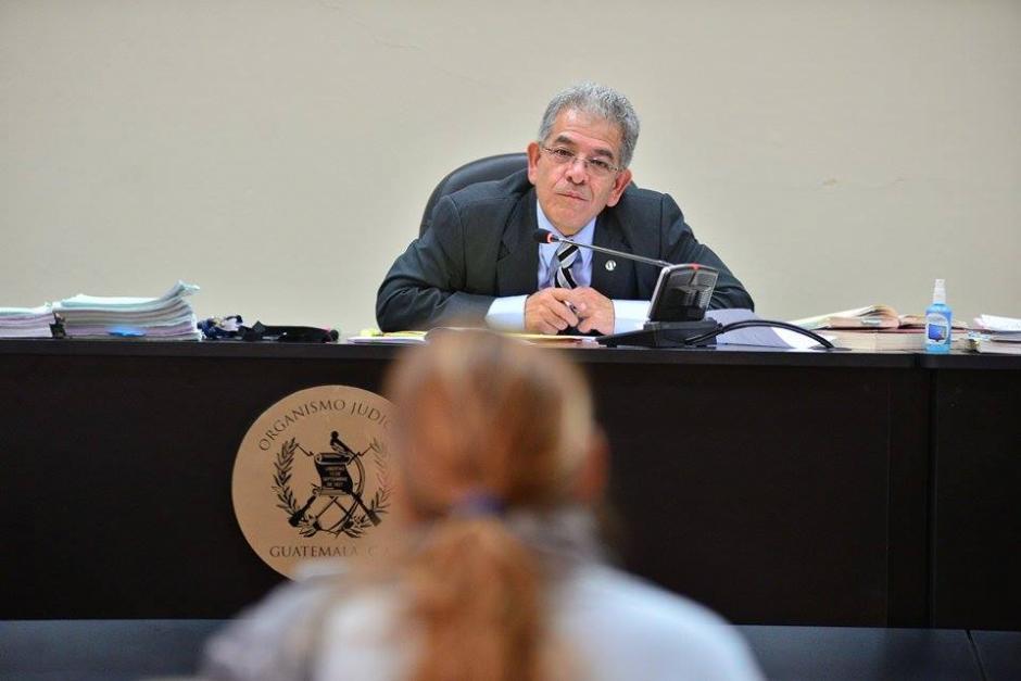 El juez Miguel Ángel Gálvez escucha a cada uno de los procesados por el caso de defraudación tributaria originado en Jutiapa.(Foto: Wilder López/Soy502)