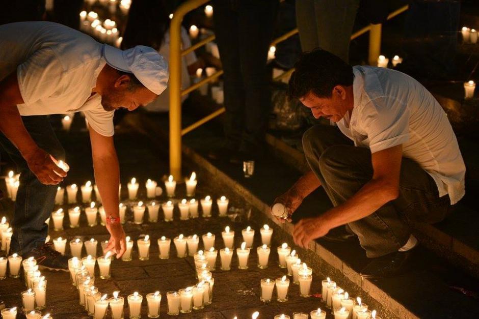 Los seguidores del partido Lider hicieron un letrero de velas sobre el suelo de la plaza de los Derechos del Hombre, frente a la Corte Suprema de Justicia. (Foto: Wilder López/Soy502)