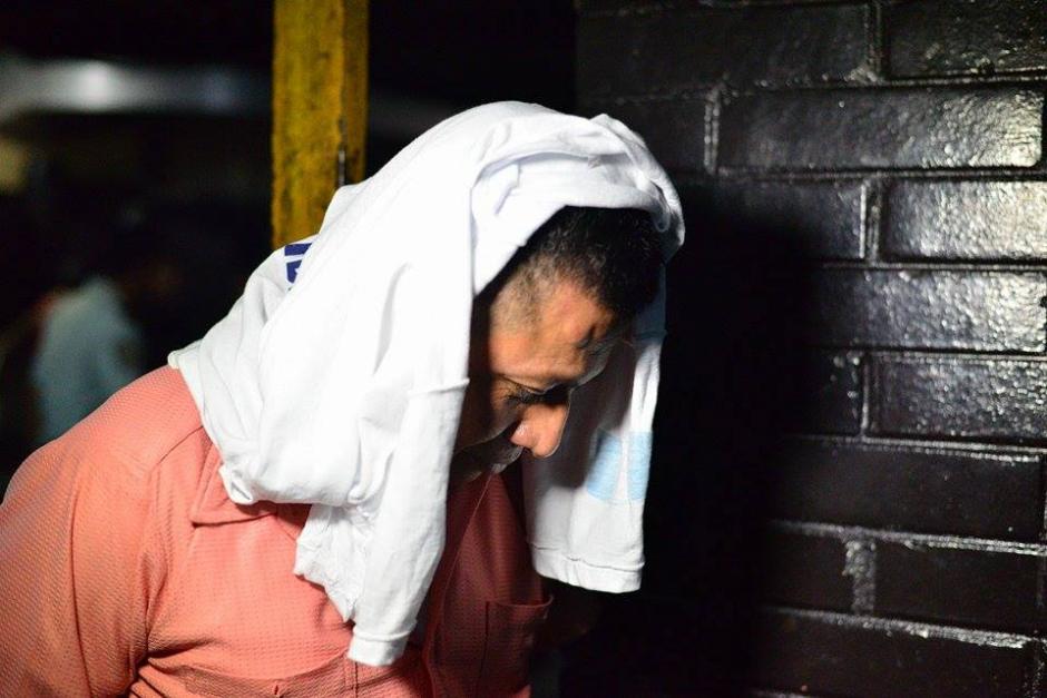 """Mardoqueo Ajqui Zepeda, el agente de seguridad que agredió a los periodistas luego de la """"vigilia"""" del partido Lider frente a la Corte Suprema de Justicia. (Foto: Wilder López/Soy502)"""