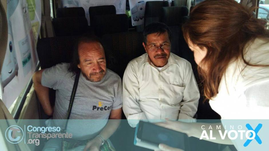 En el trayecto de Tito, el busito las personas aprenden sobre el manejo de la tecnología al mismo tiempo que conocen datos relevantes de las propuestas electorales.