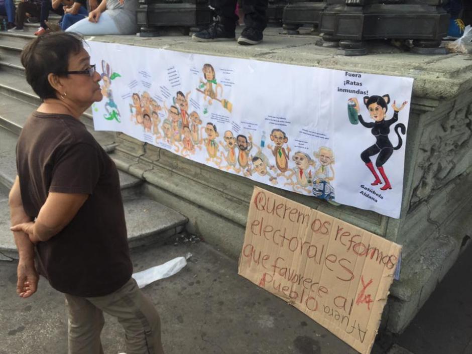 Los guatemaltecos y el ingenio se hicieron presentes en la marcha. (Foto: Carlos Duarte/NuestroDiario)