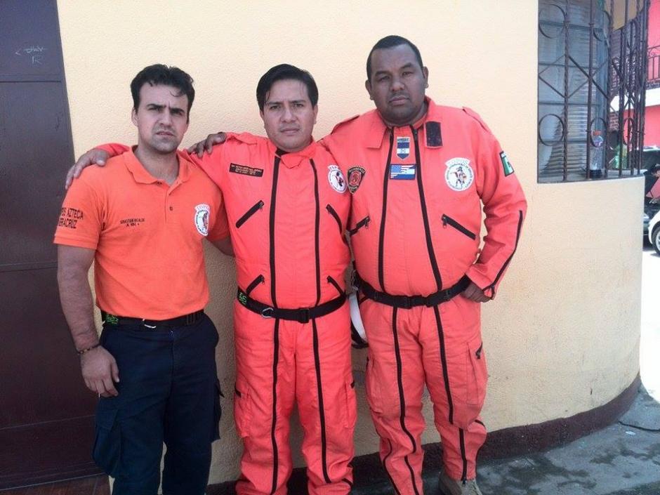 """Tres miembros del grupo de rescatistas conocido como """"Los Topos"""" llegaron al país para brindar apoyo a los guatemaltecos no solo en las tareas de rescate, sino también en apoyo a la ciudadanía. (Foto: Gustavo Méndez /Soy502)"""
