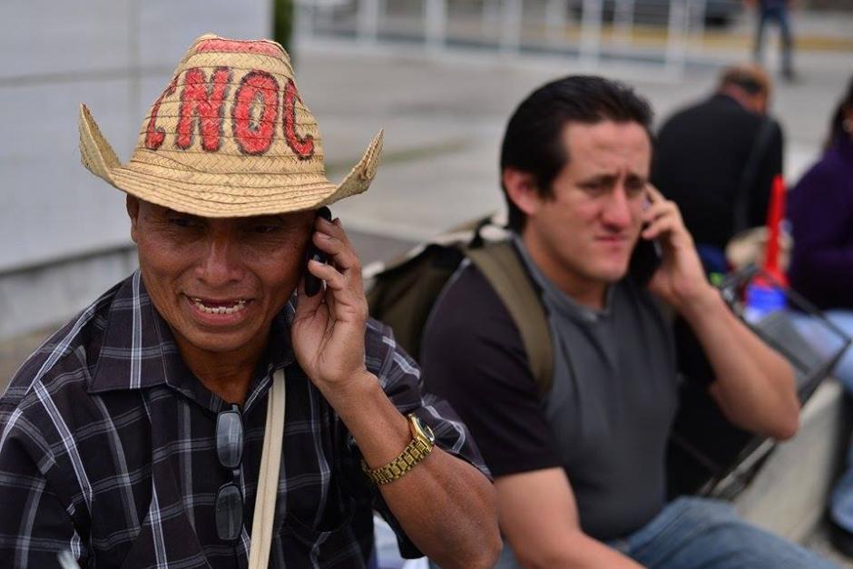 Manifestantes esperan a otros inconformes para iniciar la marcha. (Foto Soy502: Wilder López)