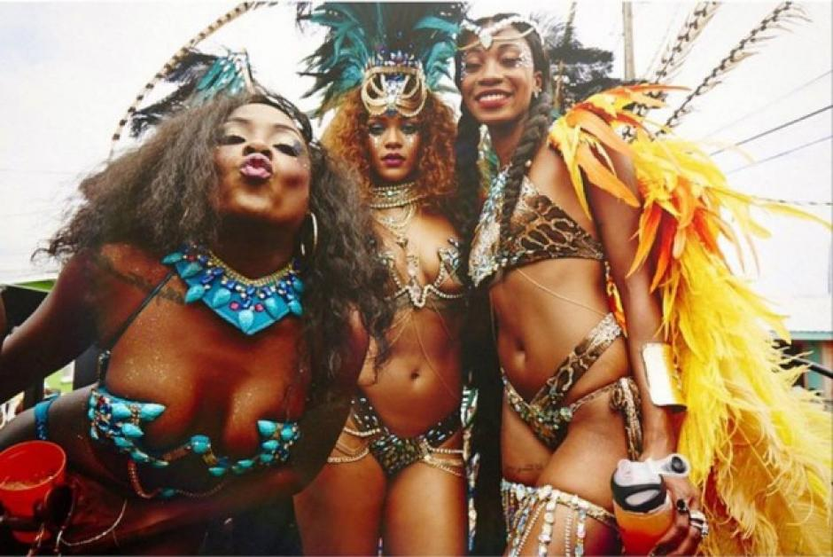 Rihanna posa junto a otras bailarinas en el Carnaval de Barbados