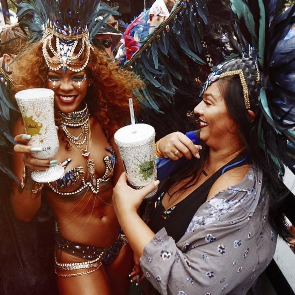 Rihanna celebró sin medidas junto a sus compatriotas en Barbados