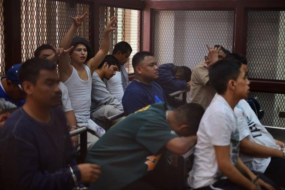 El grupo de pandilleros fueron captados en la carceleta de una de la sala de audiencias de Tribunales donde se desarrolló la diligencia judicial. (Foto: Wilder López/ Soy502)