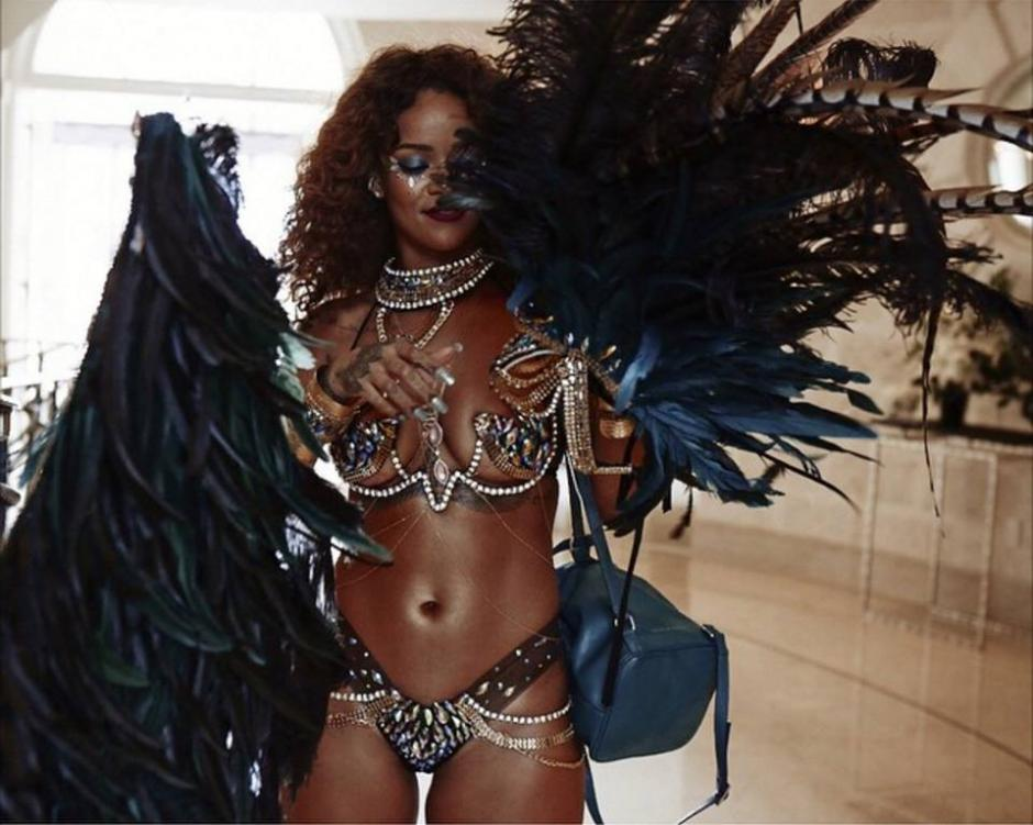 Rihanna utilizó un atrevido atuendo durante la fiesta del carnaval