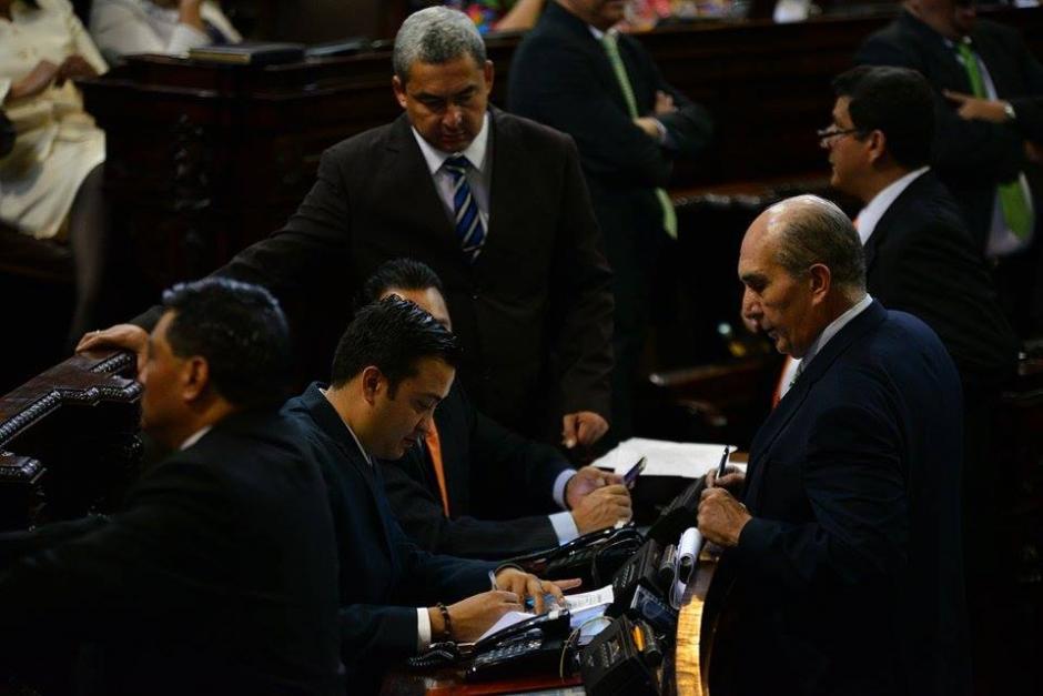 Mario Taracena, UNE, reunió las firmas para proponer una nuevo orden del día. (Foto: Wilder López/Soy502)