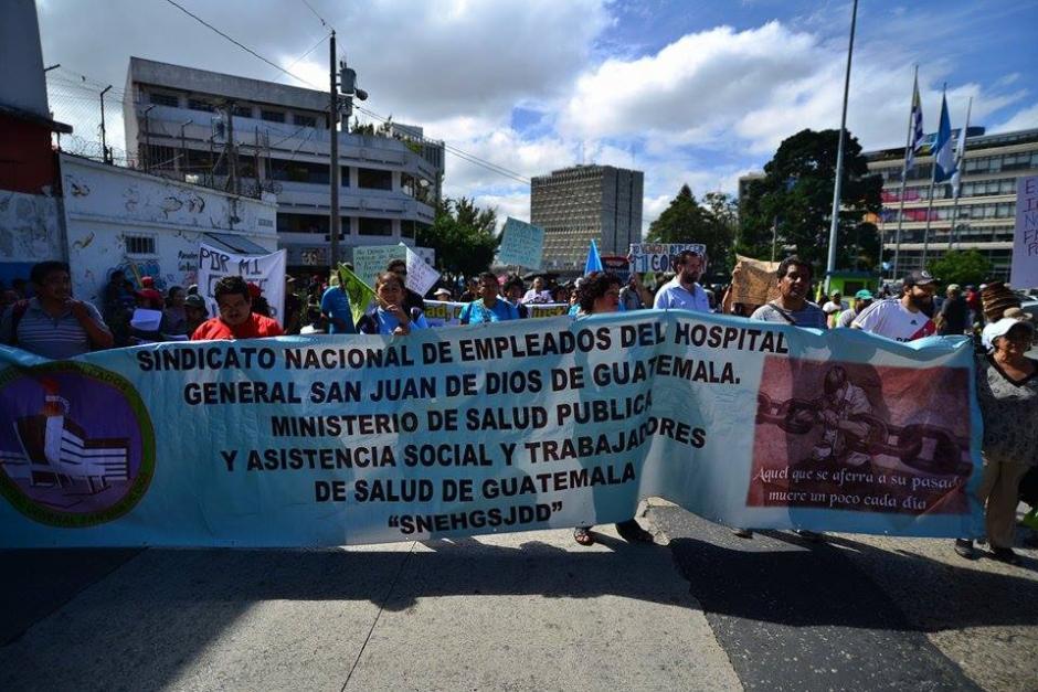 Un grupo de manifestantes inicia marcha pacífica en la que se solicita la renuncia del presidente Pérez Molina. (Foto Soy502 : Wilder López)