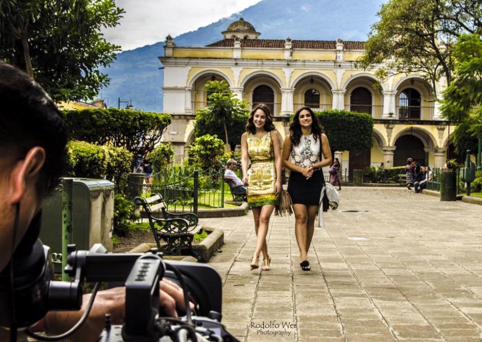 Renata Notni y Alejandra García caminan por el Parque Central frente a la Catedral de la Ciudad Colonial. (Foto: Amor de Barrio)