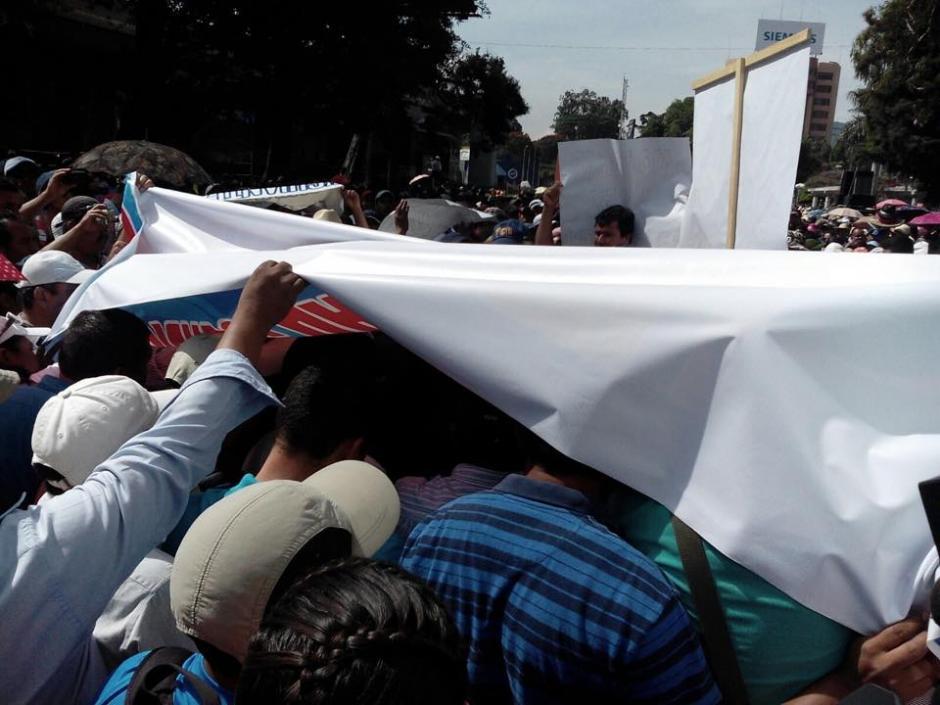 Los maestros caminan por la zona 9 y se dirigen al Congreso de la República. (Foto: Alejandro Balan/Soy502)