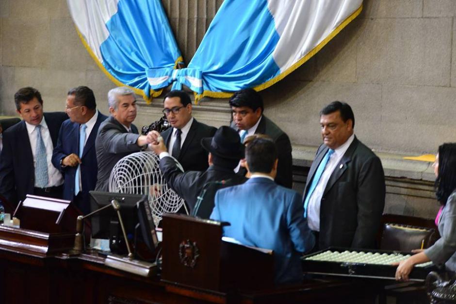 El presidente del Congreso, Luis Rabbé realiza sorteo para integrar Comisión Pesquisidora. (Foto: Alexis Batres/ Soy502)