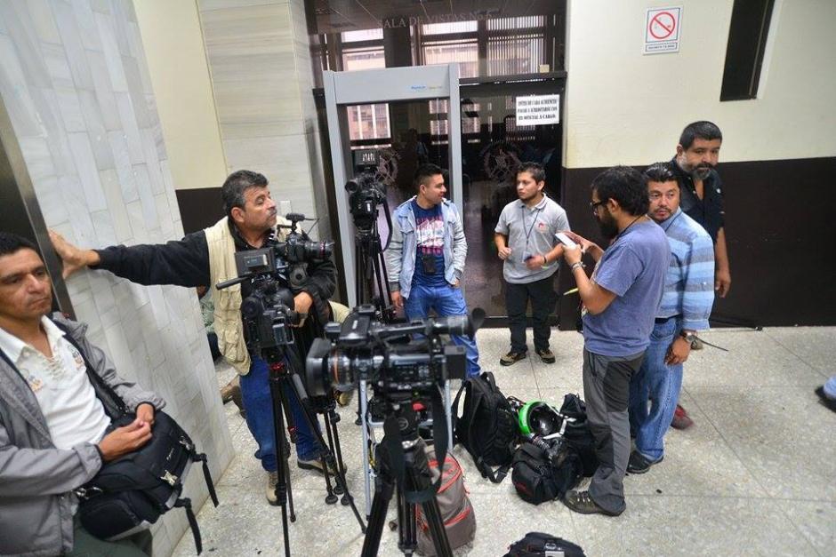 Medios de comunicación esperan afuera del juzgado donde se debería llevar a cabo la audiencia de Otto Pérez. (Foto: Wilder López/Soy502)